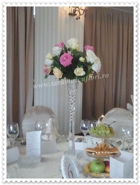Aranajmente florale din trandafiri si lisianthus.4712
