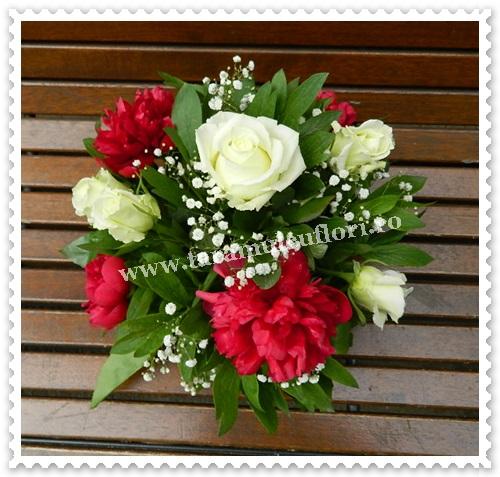 Aranjamente florale mese din trandafiri si bujori.6092