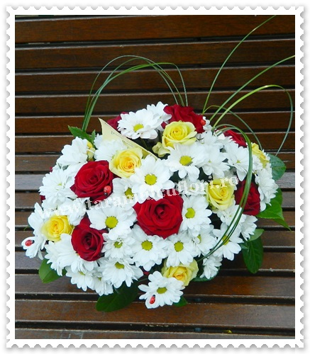 Aranjamente florale din crizanteme si trandafiri.7040