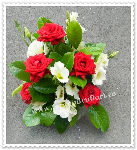 Aranjamente florale trandafiri si lisianthus.7277
