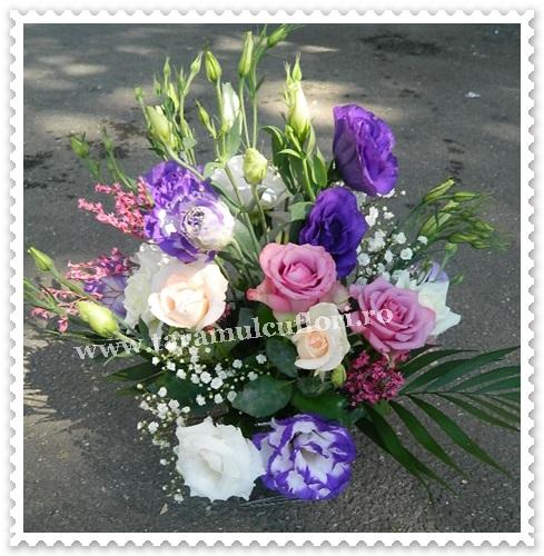 Aranjamente florale mese din trandafiri si lisianthus.7321