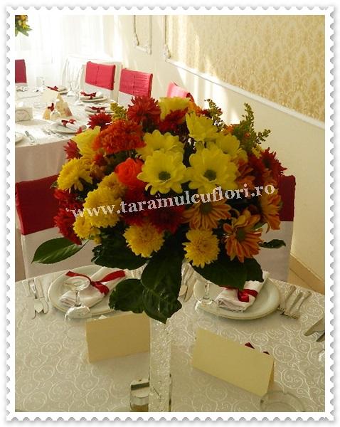 Aranjamente florale mese botez din cizanteme si gerbera.7683