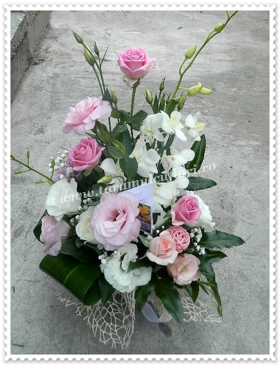 Aranjamente florale din trandafiri si lisianthus.9124