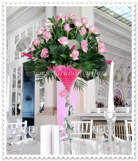 Aranjamente florale mese din trandafiri.
