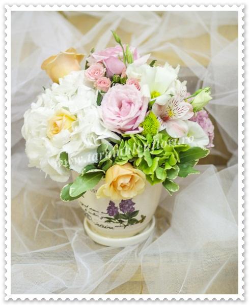 Aranjamente florale din hortensie-trandafiri-miniroze.