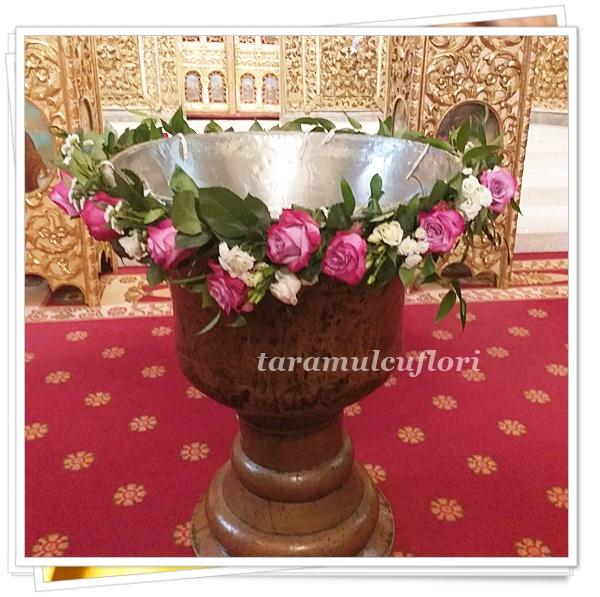 Aranjamente cristelnita din trandafiri si lisianthus.4329