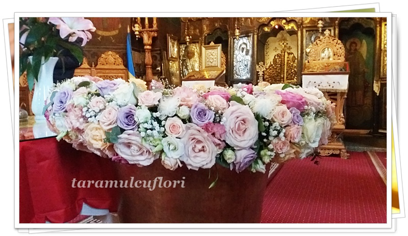 Aranjamente cristelnita din trandafiri si miniroze.4301