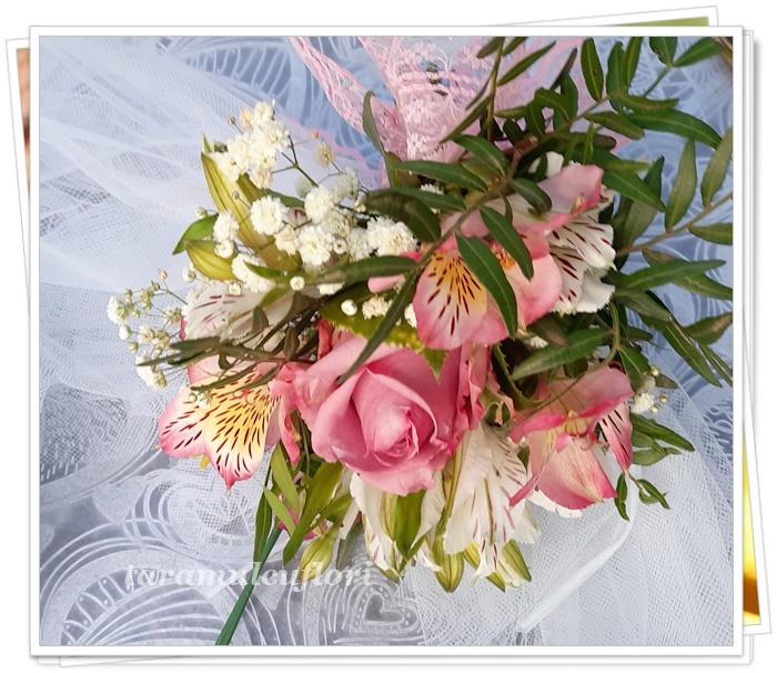 Aranjamente cristelnita din trandafiri si alstroemerie.0254