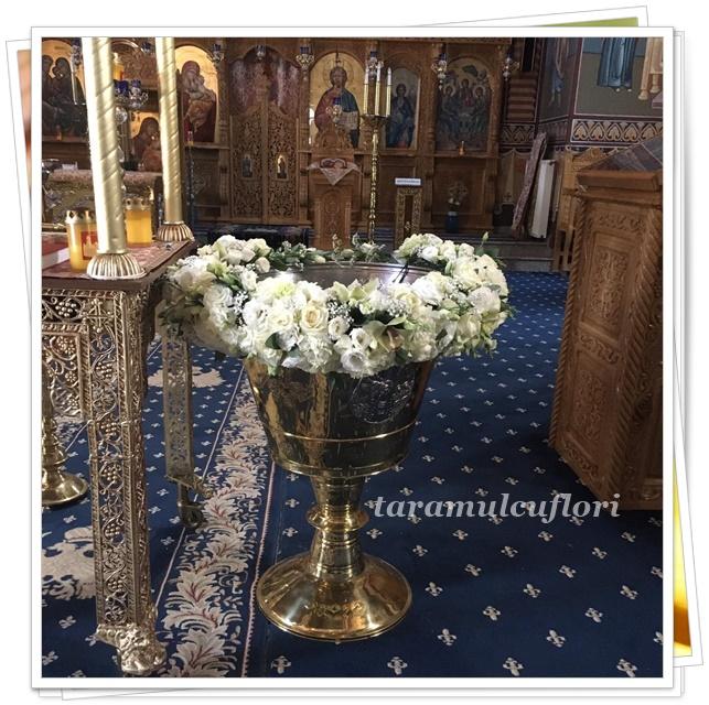 Aranjamente florale pentru cristelnite cu tul si ghirlanda flori albe.