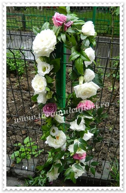Aranjamente florale cristelnita botez din trandafiri albi si lila.8633