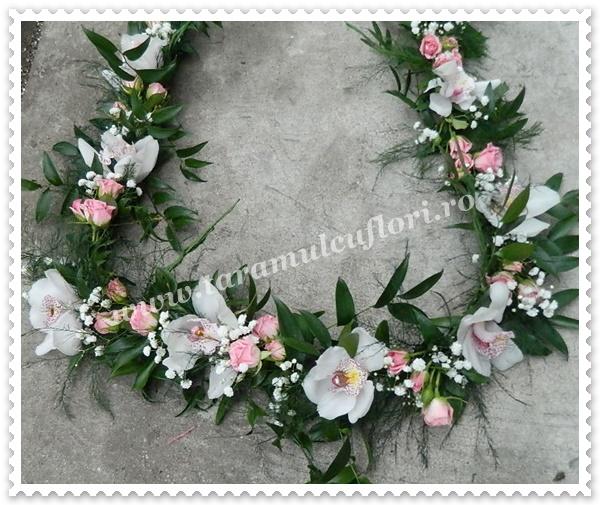 Aranjamente florale cristelnite botez din miniroze si orhidee.9602