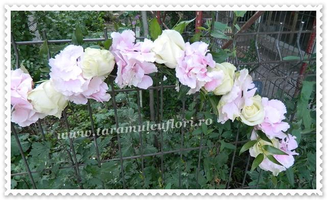 Aranjamente florale cristelnite botez din trandafiri si hortensie.9712